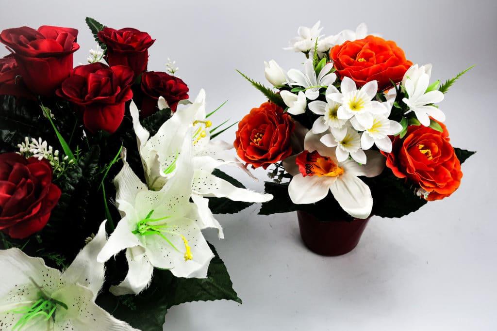 Mélange de fleurs : Lys, rose et feuillage