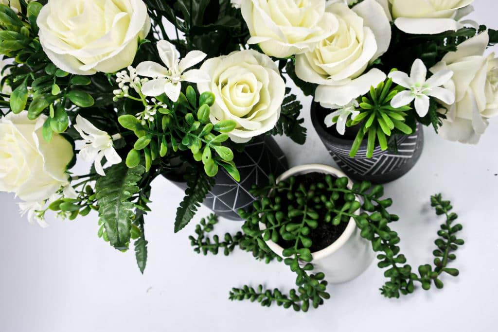 Fleurs artificielles vertes et blanches